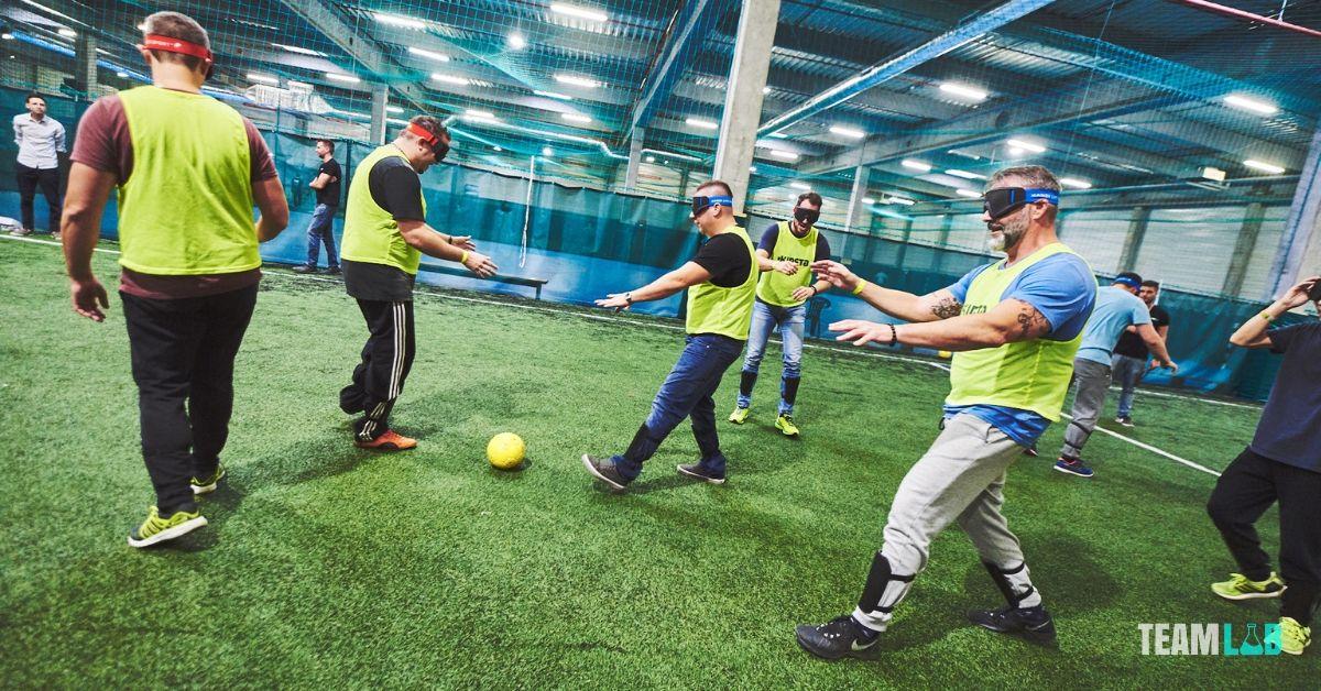 csapatépítő játékok kollégáknak - vakfoci